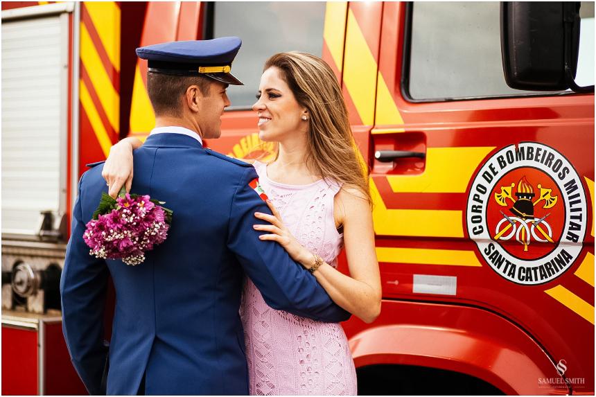 casal-de-bombeiros-noivos-bombeiros-ensaio-de-bombeiros-noivos-militar-casal-militar-pre-casamento-ensaio-fotografico-noivos-florianopolis-sc-fotografo-de-casamento-sc-10