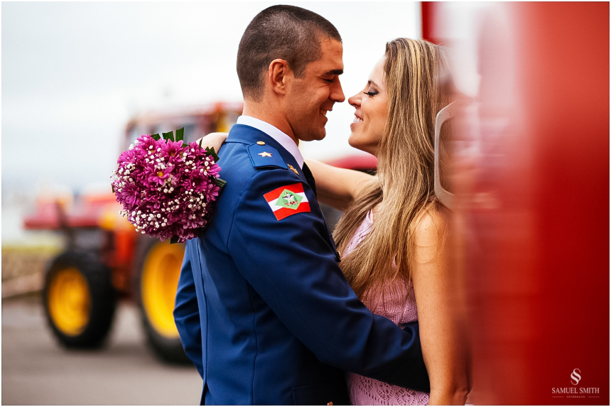 casal-de-bombeiros-noivos-bombeiros-ensaio-de-bombeiros-noivos-militar-casal-militar-pre-casamento-ensaio-fotografico-noivos-florianopolis-sc-fotografo-de-casamento-sc-11
