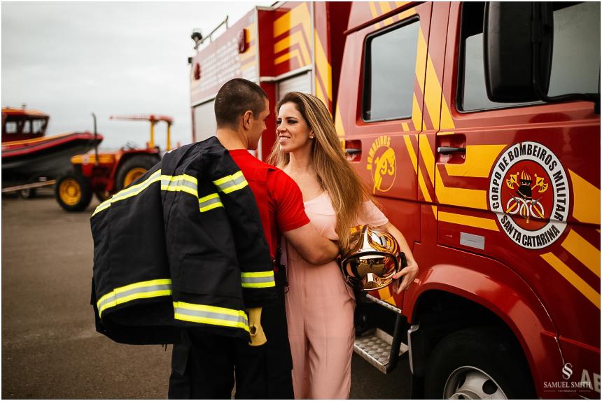casal-de-bombeiros-noivos-bombeiros-ensaio-de-bombeiros-noivos-militar-casal-militar-pre-casamento-ensaio-fotografico-noivos-florianopolis-sc-fotografo-de-casamento-sc-16