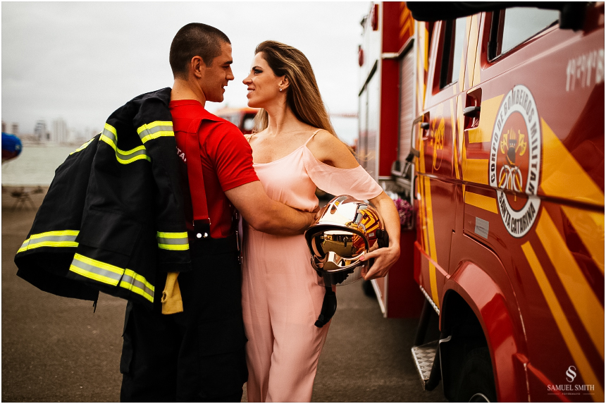 casal-de-bombeiros-noivos-bombeiros-ensaio-de-bombeiros-noivos-militar-casal-militar-pre-casamento-ensaio-fotografico-noivos-florianopolis-sc-fotografo-de-casamento-sc-17