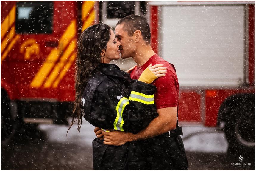 casal-de-bombeiros-noivos-bombeiros-ensaio-de-bombeiros-noivos-militar-casal-militar-pre-casamento-ensaio-fotografico-noivos-florianopolis-sc-fotografo-de-casamento-sc-31