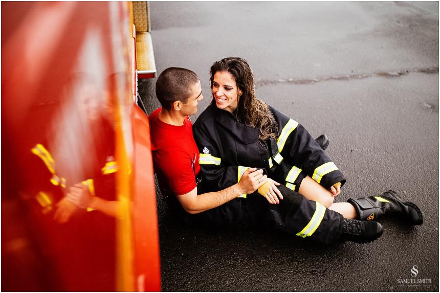 casal-de-bombeiros-noivos-bombeiros-ensaio-de-bombeiros-noivos-militar-casal-militar-pre-casamento-ensaio-fotografico-noivos-florianopolis-sc-fotografo-de-casamento-sc-34