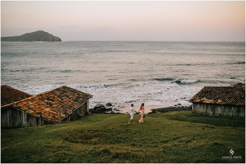 fotos-noivos-pre-casamento-sessao-fotografica-ensaio-pre-wedding-praia-do-rosa-imbituba-sc-fotografo-de-casamento-samuel-smith-37