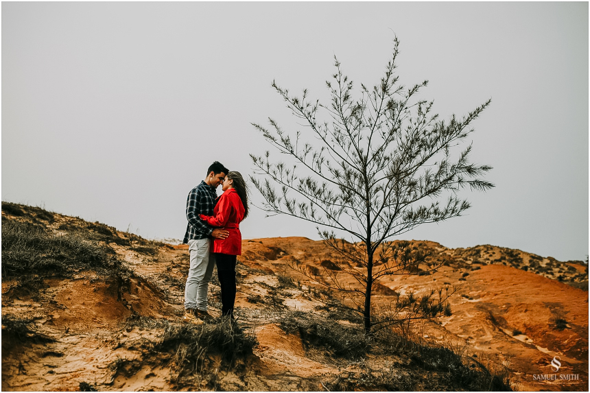 fotos-noivos-pre-casamento-sessao-fotografica-ensaio-pre-wedding-praia-farol-de-santa-marta-sc-fotografo-de-casamento-samuel-smith-26