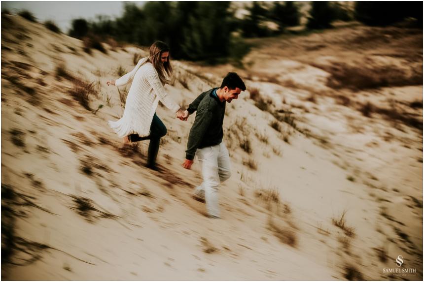 fotos-noivos-pre-casamento-sessao-fotografica-ensaio-pre-wedding-praia-farol-de-santa-marta-sc-fotografo-de-casamento-samuel-smith-31
