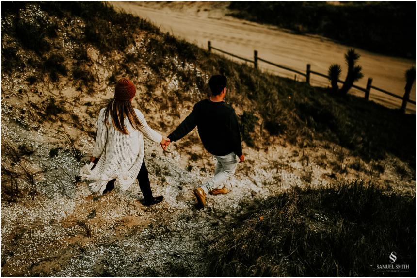 fotos-noivos-pre-casamento-sessao-fotografica-ensaio-pre-wedding-praia-farol-de-santa-marta-sc-fotografo-de-casamento-samuel-smith-44