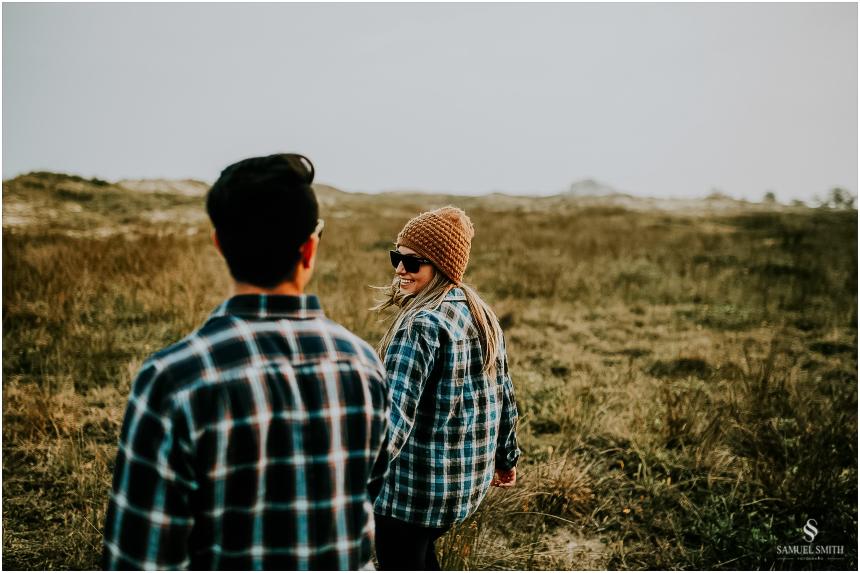 fotos-noivos-pre-casamento-sessao-fotografica-ensaio-pre-wedding-praia-farol-de-santa-marta-sc-fotografo-de-casamento-samuel-smith-45
