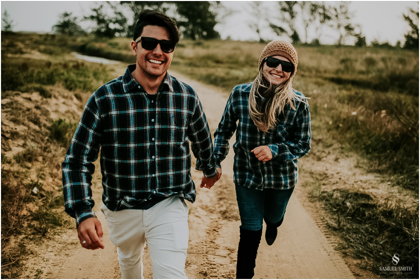 fotos-noivos-pre-casamento-sessao-fotografica-ensaio-pre-wedding-praia-farol-de-santa-marta-sc-fotografo-de-casamento-samuel-smith-46
